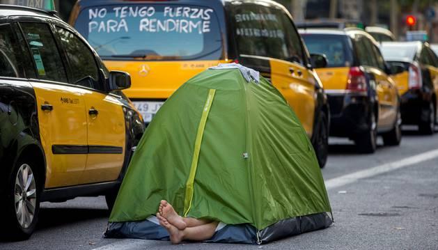 Foto de los taxistas de Barcelona mantienen las concentraciones en el centro de la ciudad con motivo de la huelga iniciada el pasado 25 de julio.