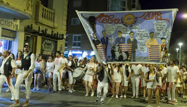 Jóvenes siguen a la charanga de la peña La Teba poco después del Pobre de Mí.