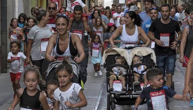 Cerca de 900 participantes se lanzaron a correr en la tradicional prueba organizada por Diario de Navarra, previa a las fiestas de la localidad.