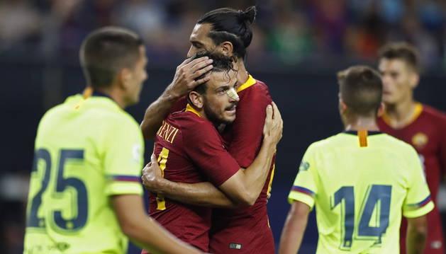 Jugadores de la Roma celebran uno de los tantos de la remontada