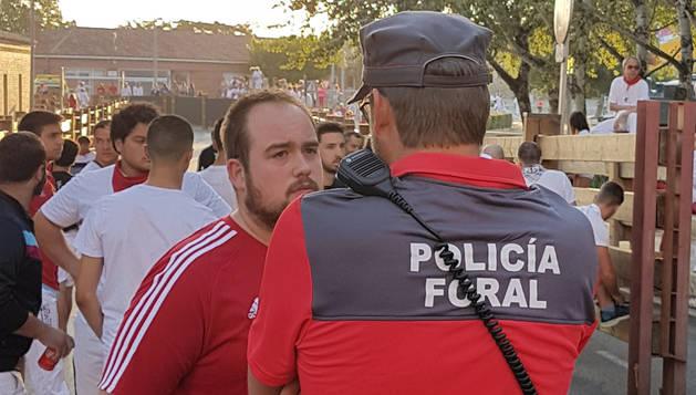 Agente atendiendo a un ciudadano en Tudela