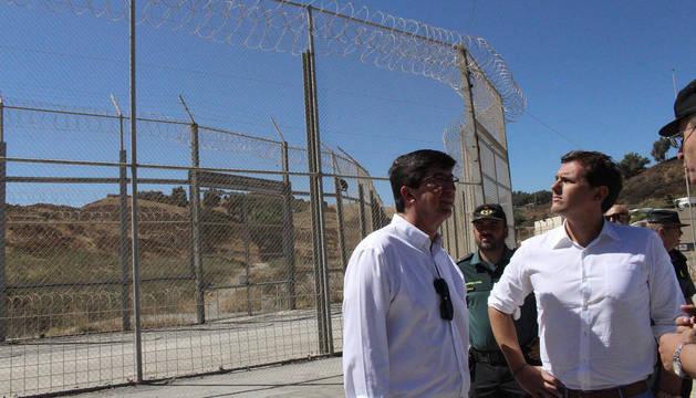 Albert Ribera, en su visita a la valla de Ceuta.