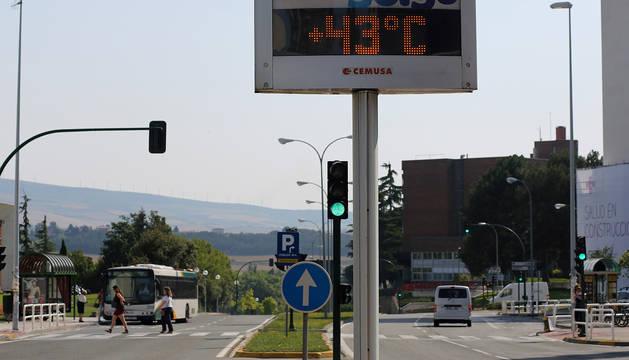 Un termómetro, junto a la Clínica Universidad de Navarra en 2015.
