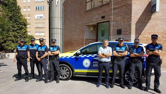 Agentes, el jefe de policía y el concejal ante el nuevo vehículo.
