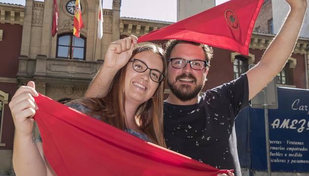 Verónica Sanz Irisarri e Isaac Irimia Roa  y, a sus espaldas, el balcón consistorial desde el que hoy lanzarán el cohete que abrirá las fiestas patronales de Estella.