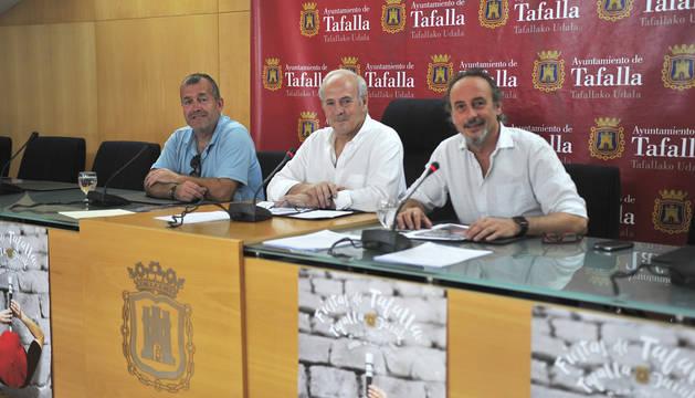 Desde la izda., José Ignacio Moros, Jacinto Goñi y Arturo Goldaracena presentando el programa.