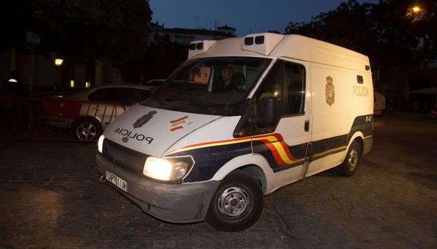 El furgón policial se lleva del juzgado de guardia a Ángel Boza, integrante de 'La Manada' detenido por el robo de unas gafas