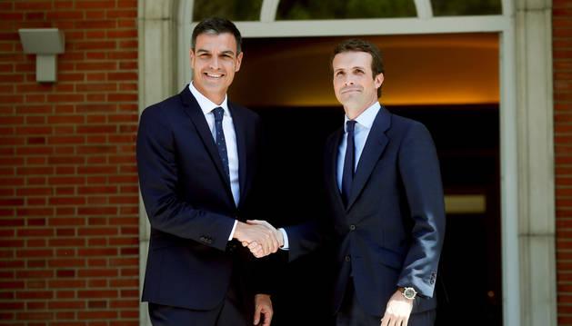 El presidente del Gobierno, Pedro Sánchez, durante el encuentro de esta tarde al nuevo líder del PP, Pablo Casado.