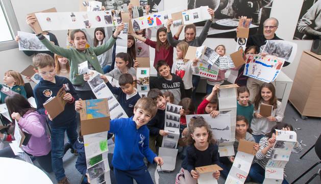 Un grupo de niños muestra las manualidades realizadas en una edición anterior del campamento.