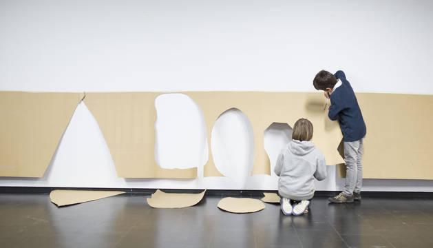 Unos niños hacen manualidades en uno de los talleres del museo.