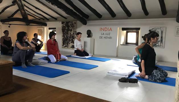 Un grupo de visitantes participa en el seminario de yoga y meditación en la casa museo Henri Lenaerts, en Irurre.cedida: fundación henri lenaerts