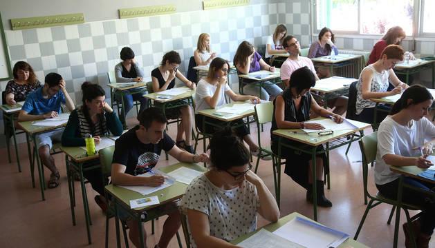 Aspirantes a las plazas de profesores de Secundaria, durante el examen del pasado 23 de junio en Pamplona.