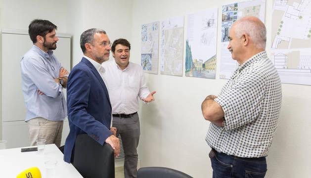 Curro Blasco, al fondo, explica el proyecto a Eneko Larrarte, Miguel Laparra y José Mª Ayerdi.