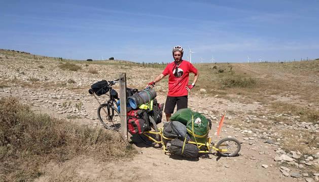 Rafa Sanchis entró a Navarra el pasado 28 de julio y sacó con su carro 14 kilos de basura en una etapa que cruzó Bardenas.