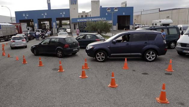 Imagen de la fila de coches que aguardan para ser revisados. Muchos conductores optan por bajarse del vehículo y estirar las piernas para hacer más llevadera la espera.
