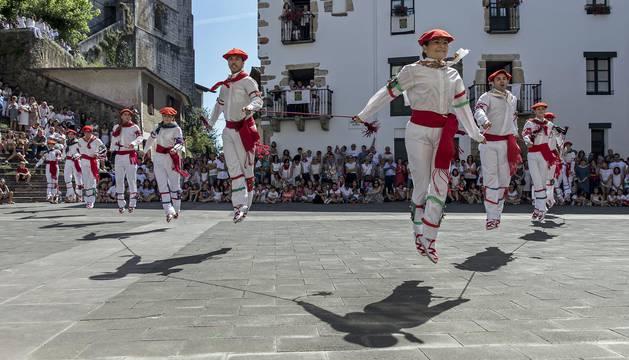 Bera honró a su patrón, San Esteban, con una misa y varios bailes que corrieron a cargo de los dantzaris del grupo Gure Txokoa.