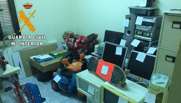 Exponen enseres recuperados de una casa okupa en Azagra, posiblemente robados