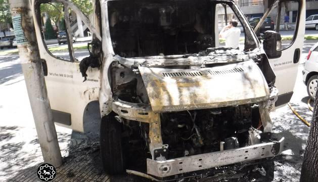 Incendio fortuito de un vehículo estacionado en la Avenida Sancho el Fuerte