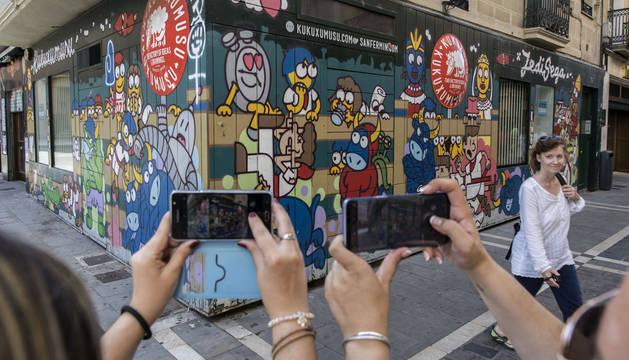 Los turistas seguían fotografiando este viernes el reloj apagado de la tienda de Kukuxumusu en la calle Estafeta