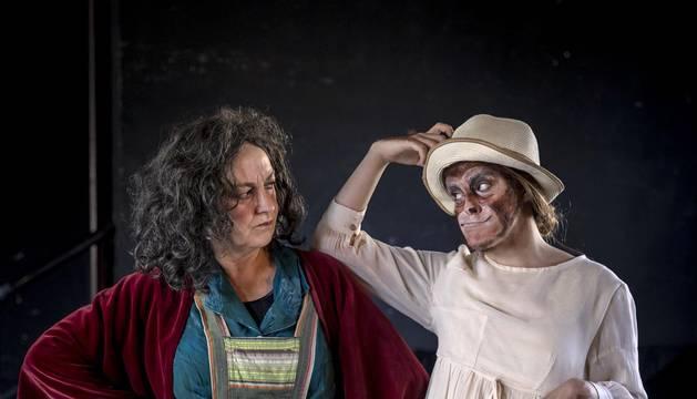 """Son madre e hija, de Etxauri, de 58 y 20 años. Les separan más de tres décadas de experiencia, pero les une entender el teatro como su manera de vivir. """"Es para lo que existo"""", dice Asun. """"Es mi sitio"""", añade Ane."""