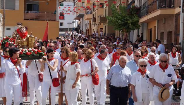 Las imágenes de Santa Bárbara y San Esteban, encabezando la procesión en un momento de la misma.