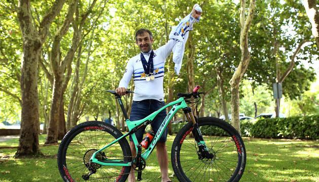 Patxi Cía, con los dos maillots de campeón de Europa ayer por la mañana en la Taconera.