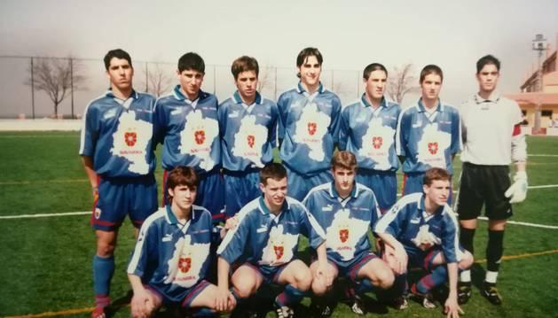 Oier Sanjurjo (el primero por la izquierda de la fila de abajo), con la selección navarra en 2001. Tenía 15 años.