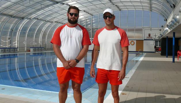 Noé Arruti y Diego Torrubiano, junto a la piscina en la que ocurrieron los hechos.