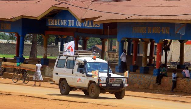 Una ambulancia de Médicos Sin Fronteras se dirige hacia Beni, en North Kivu (República Democrática del Congo)