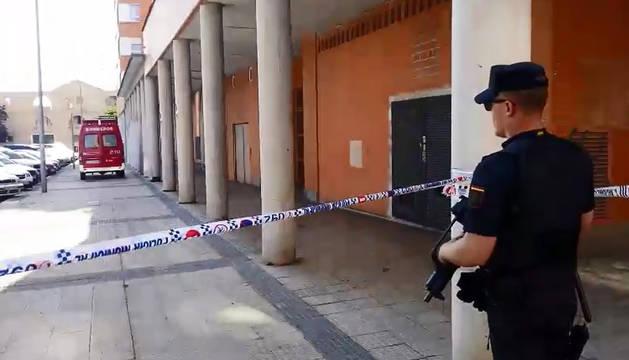 Efectivos de la Policía Nacional, junto al inmueble donde se ha atrincherado el presunto homicida.