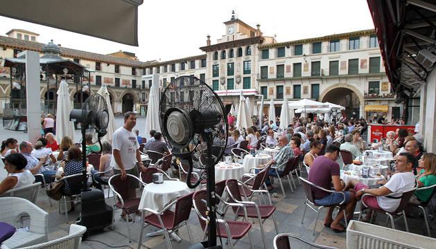 Los veladores de la plaza de los Fueros de Tudela, con ventiladores llenos de clientes.