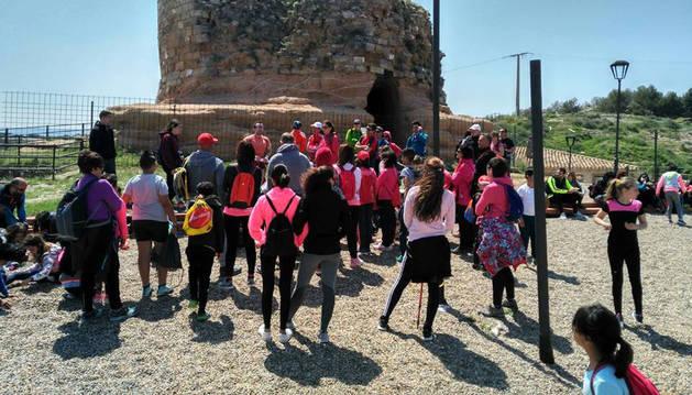 Imagen de una de las últimas visitas realizadas al Castillo de Ablitas, con los restos del torreón al fondo.