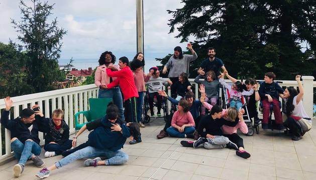 Un grupo de jóvenes con discapacidad, en Fuenterrabía.