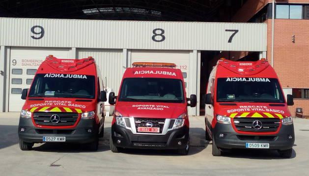 Las tres nuevas ambulancias. En el centro, la medicalizada.
