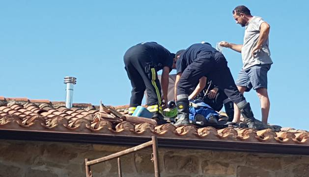 Momento del rescate del hombre en Sansol, atendido por bomberos.