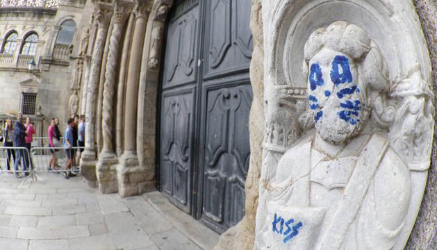 Acto vandálico en la fachada de Praterías de la Catedral de Santiago