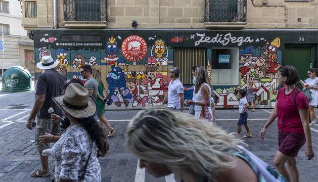 El reloj de la cuenta atrás para San Fermín, en la calle Estafeta, lleva apagado desde el 14 de julio.