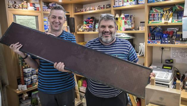 Fermín y Carmelo Butini, este miércoles por la tarde, con el reloj, en su librería de la calle Estafeta de Pamplona.