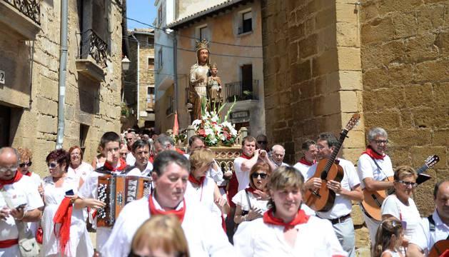 foto de La imagen de la Virgen del Pópulo, a su llegada a la iglesia de Santa María acompañada por los vecinos de San Martín.