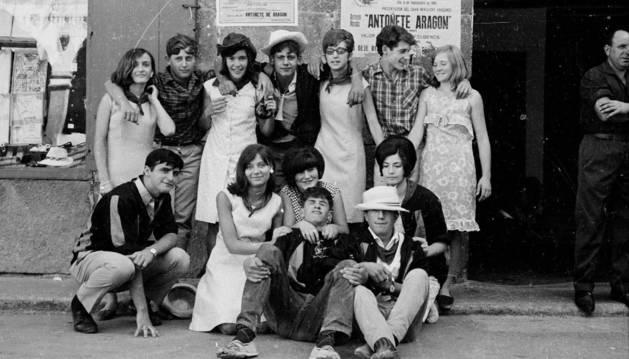 Un grupo de jóvenes en las fiestas de San Ramón de 1966.