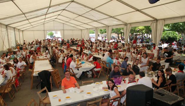 MÁS DE MIL PERSONAS La carpa se quedó pequeña para albergar a los más de 1.300 fustiñaneros y vecinos de otras localidades que se dieron cita para degustar la 'comida estrella' de las fiestas.