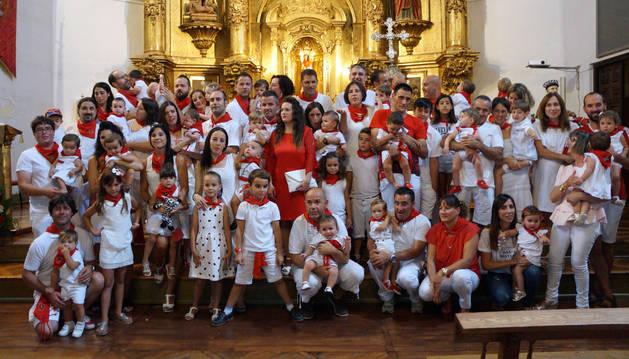 Los niños nacidos en 2017 posaron junto a sus familiares en el altar de la parroquia arguedana.