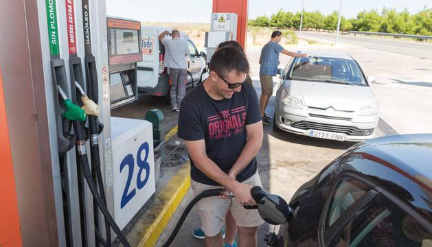 Varios conductores surten de carburante a sus vehículos en la estación de servicio Bardenas de Tudela.