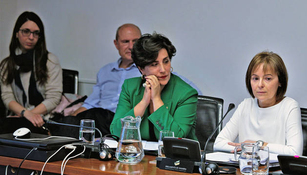 La consejera Solana y Begoña Alfaro en el Parlamento. Era mayo y la secretaria general habló de su cese.