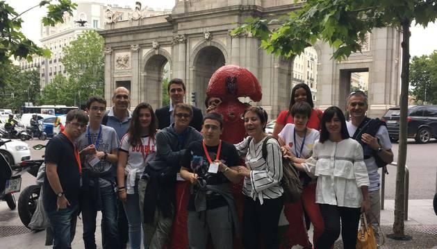 Los alumnos de la UCE de Teresianas y sus profesores, delante de la Puerta de Alcalá, en Madrid, en junio.