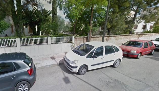 Varios coches aparcados en una calle de Manacor, donde ha ocurrido la tragedia.