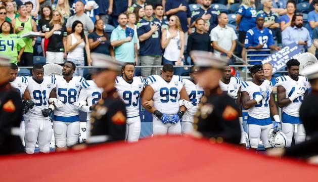 Jugadores de Indianapolis Colts durante el himno nacional