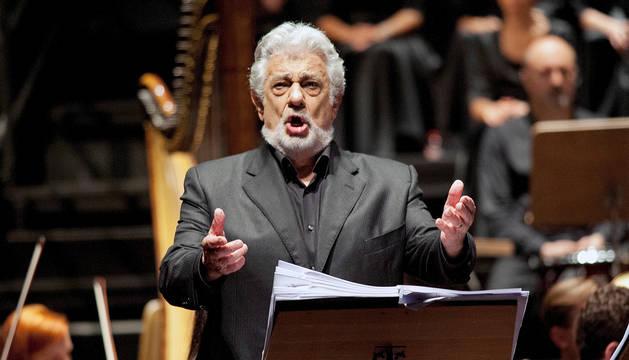 La mujer ponía un aria de La Traviata interpretada por Plácido Domingo.