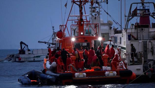 Salvamento Maritimo y Guardia Civil trasladan al puerto de Almería a los 58 tripulantes de 2 pateras que fueron rescatados este miércoles en el Mar de Alborán