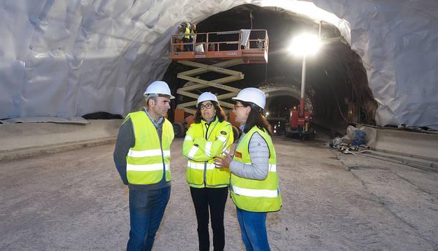 Manu Ayerdi atiende las explicaciones de Estela Moso, directora del Servicio de Construcción (Obras Públicas); Yolanda Fernández, jefa de Sección de Construcción de Nuevas Infraestructuras.